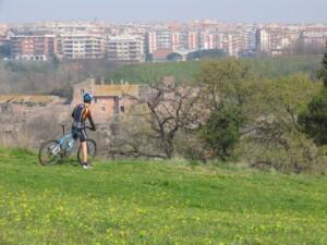 ciclista e paesaggio roma