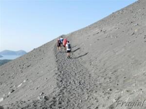 a piedi sulla salita a Vulcano