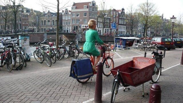 signora in bici