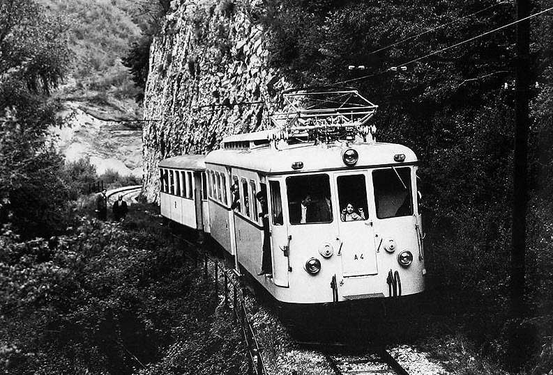 vecchia fotografia del treno che percorreva la ferrovia