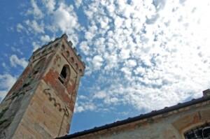 campanile della badia con nuvole
