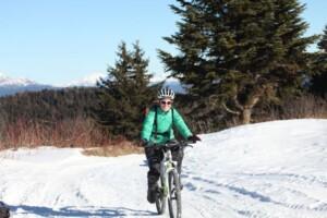ragazza-pedala-nella-neve