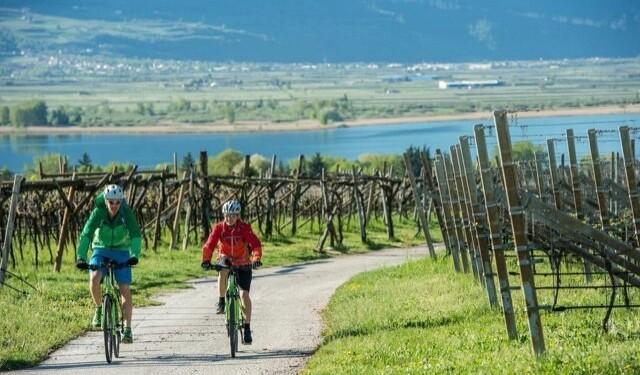 viaggiare in bici al lago caldaro