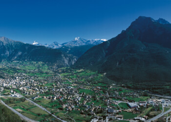 SWISS CITIES. Switzerland is yours. Brig (680 m) in the Valais is the gateway to the South. Panoramic view of the Glishorn (2525 m) on the right and the Simplon region in the background.  Ihre Schweiz. Brig (680 m) im Wallis ist das Tor zum Sueden. Panoramasicht mit dem Glishorn (2525 m) rechts und dem Simplongebiet im Hintergrund.  A vous la Suisse. Brigue (680 m) en Valais est la porte du Midi. Vue panoramique avec le Glishorn (2525 m) a droite et la region du Simplon au fond.  Copyright by Brig Tourismus     By-line: swiss-image.ch