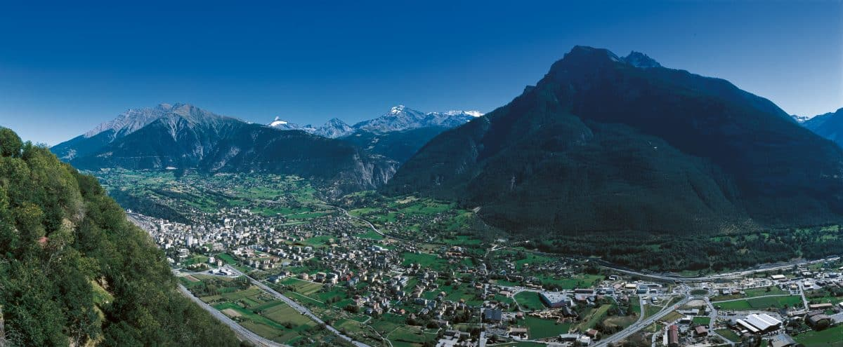 SWISS CITIES. Switzerland is yours. Brig (680 m) in the Valais is the gateway to the South. Panoramic view of the Glishorn (2525 m) on the right and the Simplon region in the background.  Ihre Schweiz. Brig (680 m) im Wallis ist das Tor zum Sueden. Panoramasicht mit dem Glishorn (2525 m) rechts und dem Simplongebiet im Hintergrund.  A vous la Suisse. Brigue (680 m) en Valais est la porte du Midi. Vue panoramique avec le Glishorn (2525 m) a droite et la region du Simplon au fond.  Copyright by Brig Tourismus     By-line: swiss-image.ch