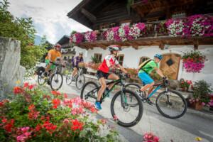 Familie auf Radtour - Tauernradweg