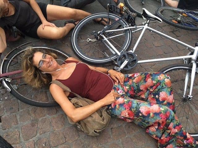 MILAN PROTEST: FOR ONE HOUR ALL LYING ON THE GROUND WITH BICYCLES