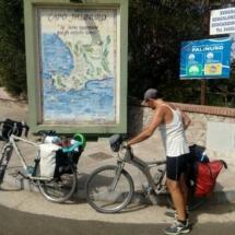 ciclista davanti al cartello di capo palinuro