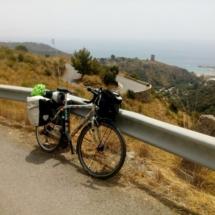 bicicletta appoggiata al guard rail sullo sfondo il mare