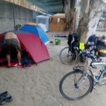 tende piantate nella sabbia con biciclette vicino