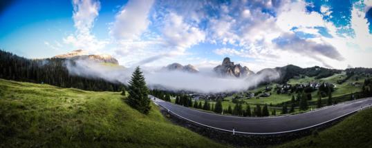 strada con nuvole