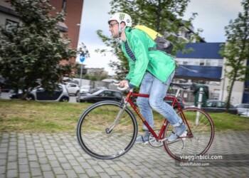 uomo che pedala in città sulla scatto fisso
