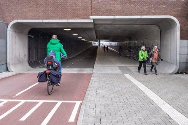 TUNNEL CICLABILE AD AMSTERDAM: STAZIONE-CENTRO!