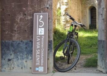 bici e cartello via silente