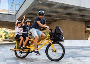 """Quello del trasporto """"familiare"""" è il risvolto meno conosciuto delle cargo bike. Ma forse il più interessante..."""