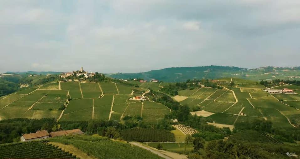 Piemonte: panorama delle Langhe con il paese di Barolo.
